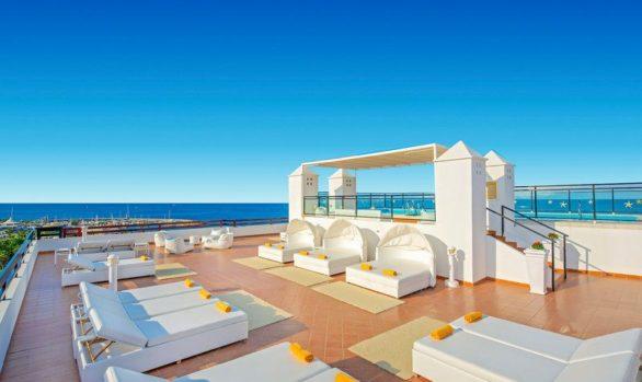 Une structure métallique en acier dans l'Hôtel Iberostar Torviscas Playa