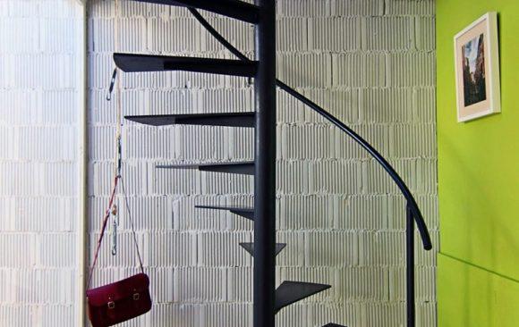 Un escalier en colimaçon en fer