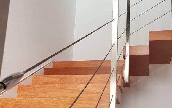 Instalación de barandilla de acero inoxidable en vivienda unifamiliar