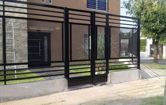 Fábrica e instalación de puerta de hierro